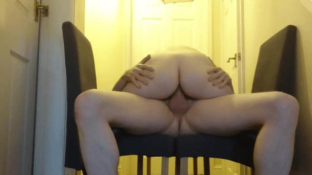 Une grosse chevauche la bite de son mec dans le couloir - Porno Amateur