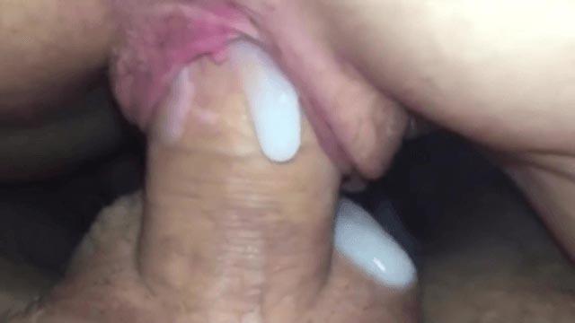 Cette petite salope se fait remplir la chatte de sperme